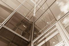 La arquitectura de cristal en ciudad contra un cielo Imagenes de archivo