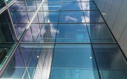 La arquitectura de cristal en ciudad contra un cielo Fotografía de archivo libre de regalías