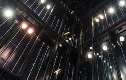 La arquitectura de cristal moderna con la iluminación en la noche Foto de archivo
