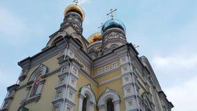 La arquitectura de la iglesia de la intercesión contra el cielo azul
