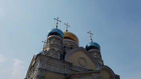 La arquitectura de la iglesia de la intercesi?n contra el cielo azul