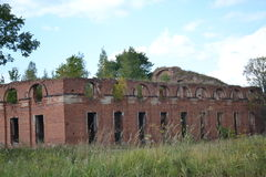La arquitectura de la antigüedad acuartela los árboles viejos de la ciudad de las piedras de Rusia de las ruinas del militarytown Imagen de archivo