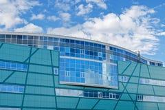La arquitectura de la ciudad moderna Centro de negocios Reflexión del cielo en ventanas del edificio de oficinas Foto de archivo