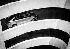 La arquitectura de la manera espiral de la curva y de la cuesta de ir al estacionamiento en la alameda de compras Conducción de a Fotos de archivo libres de regalías