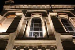 La arquitectura del edificio viejo en las sombras de las luces de la noche imagen de archivo libre de regalías