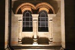 La arquitectura del edificio viejo en las sombras de las luces de la noche imagenes de archivo