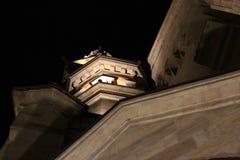 La arquitectura del edificio viejo en las sombras de las luces de la noche imagen de archivo