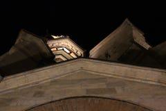 La arquitectura del edificio viejo en las sombras de las luces de la noche foto de archivo