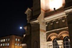 La arquitectura del edificio viejo en las sombras de las luces de la noche imágenes de archivo libres de regalías