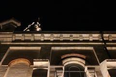 La arquitectura del edificio viejo en las sombras de las luces de la noche fotos de archivo
