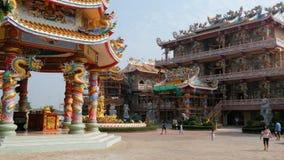 La arquitectura del templo chino Bangsaen en Tailandia almacen de metraje de vídeo