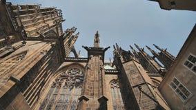 La arquitectura gótica y el interior de St Vitus Cathedral la iglesia más grande y más importante situada en Praga metrajes