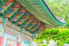 La arquitectura hermosa en el templo de Haedong Yonggungsa se sienta sobre a Fotos de archivo libres de regalías