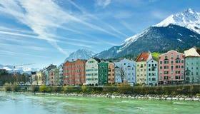 La arquitectura histórica y la nieve capsularon las montañas en Innsbruck, Au Fotos de archivo libres de regalías