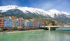 La arquitectura histórica y la nieve capsularon las montañas en Innsbruck, Au Imagen de archivo