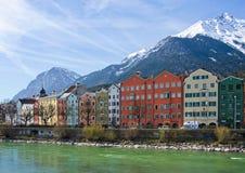 La arquitectura histórica y la nieve capsularon las montañas en Innsbruck, Au Foto de archivo libre de regalías
