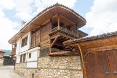 La arquitectura original en piedra y madera en Koprivshtitsa, Bulgaria Imágenes de archivo libres de regalías