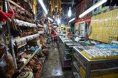 La artesanía vendió en el mercado filipino en Kota Kinabalu Imagen de archivo libre de regalías