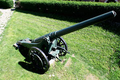 La artillería es una clase de armas militares grandes construidas para encender las municiones Fotos de archivo