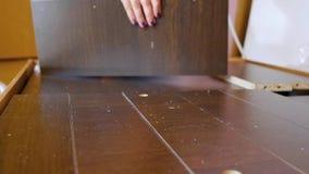 La asamblea de los muebles del dormitorio, muchacha embarazada recoge los muebles de madera en el plano Mudanza a un nuevo concep metrajes