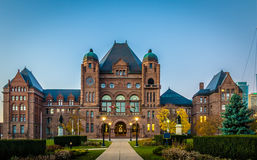 La asamblea legislativa de Ontario situó en el parque del Queens - Toronto, Ontario, Canadá Fotografía de archivo