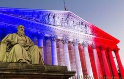 La asamblea nacional francesa se encendió para arriba con colores de la bandera nacional francesa, París Foto de archivo