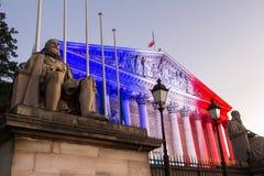 La asamblea nacional francesa se encendió para arriba con colores de la bandera nacional francesa, París Fotografía de archivo
