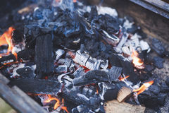 La ascua y las llamas son peligrosas fotos de archivo