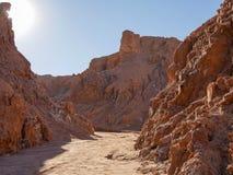 La atacama de luna de valle de do vale da lua, o Chile, rochas vermelhas do céu azul imagens de stock royalty free
