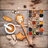 La atención sanitaria alternativa secó las diversas hierbas chinas en BO de madera Imagen de archivo libre de regalías