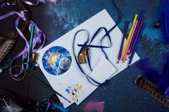 La atmósfera creativa en la cual una persona es dibujo dedicado bosqueja fotos de archivo