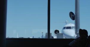 La atmósfera dentro del avión con la vista del avión almacen de metraje de vídeo
