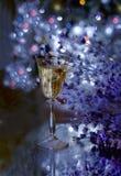 La atmósfera festiva por la tarde con un vidrio del champán y de un arco iris coloreó el bokeh Imagen de archivo libre de regalías