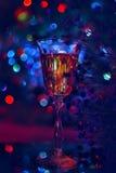La atmósfera festiva por la tarde con un vidrio del champán y de un arco iris coloreó el bokeh Imágenes de archivo libres de regalías