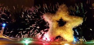 La atmósfera, las bombillas y las estrellas del Año Nuevo con los detalles blancos imagen de archivo libre de regalías