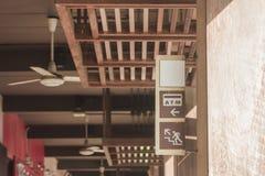 La atmósfera y arriba firma en la etiqueta de madera que la ejecución en pila concreta con luz del sol irradia de esquina del top imagen de archivo libre de regalías