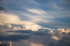 La atmósfera y la nube del cielo antes de la lluvia Imagen de archivo libre de regalías