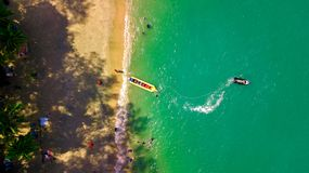 La atracción del mar, gente feliz monta el barco inflable del watercraft de la visión aérea fotos de archivo