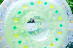 La atracción en el parque es un globo inflable en el agua imagen de archivo