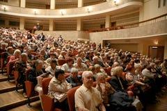 La audiencia de la actuación musical - los jubilados, los veteranos mayores de la Segunda Guerra Mundial y sus parientes Fotos de archivo libres de regalías