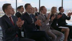 La audiencia del negocio aplaude en el entrenamiento