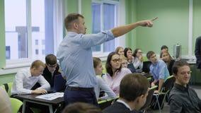 La audiencia en el centro de negocios El coche renombrado lleva un taller para los estudiantes Talleres del entrenamiento metrajes