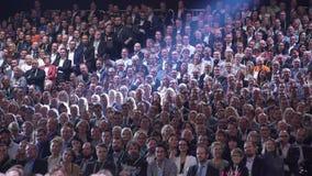 La audiencia enorme escucha el altavoz almacen de metraje de vídeo
