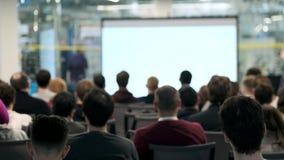 La audiencia escucha el conferenciante en la conferencia almacen de metraje de vídeo