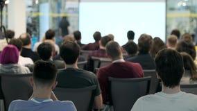 La audiencia escucha el conferenciante en la conferencia almacen de video