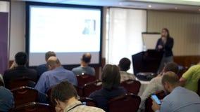 La audiencia escucha el conferenciante en la conferencia metrajes