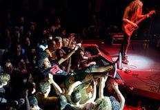 La audiencia que hace a la muchedumbre que practica surf (también conocida como mosh hoyo) Fotografía de archivo