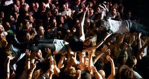 La audiencia que hace a la muchedumbre que practica surf (también conocida como mosh hoyo) en el sonido 2014 de Heineken Primaver Imagenes de archivo