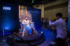 La audiencia se sienta en los tronos del hierro Imagen de archivo libre de regalías