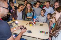 La audiencia y los estudiantes están mirando el smartphone del diseñador del desarrollador de la demostración con un mechanica ra Fotografía de archivo